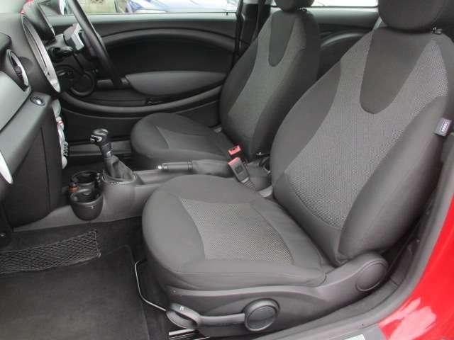 運転席・助手席共にシートに焦げ穴やキズ等もなくキレイな状態です♪クッション性も良く座り心地も良好です♪助手席にもシートリフター機能もございます♪汚れがちなフットマットもキレイな状態です♪