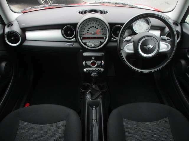 MINIならではの遊び心が有るインテリアデザインになります♪艶やかな車内で清潔感もございます♪コンパクトなボディーからは想像も付かないぐらい車内は広々としております♪