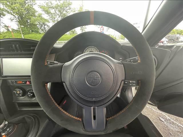 【アルカンターラステアリング】握りやすいアルカンターラ巻きのステアリングは安定したドライブを実現!