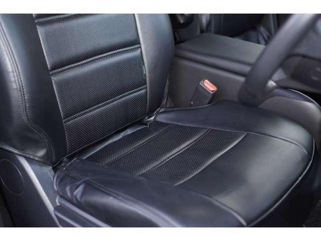 運転席、助手席ともに綺麗です。一度ご覧くださいませ。また【黒レザー調シートカバー】が装備されており、高級感がございます♪