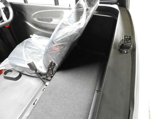 シートの後ろにもお荷物を載せるスペースがございます♪