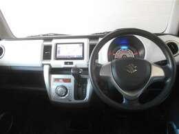 スッキリまとまった使いやすいデザインの運転席周り。