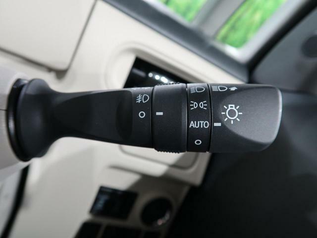 【オートライト】車外の暗さを察知して、自動的にヘッドライトを点灯してくれます。トンネルを走行する際にも、わざわざライトをいじらなくて済みます。
