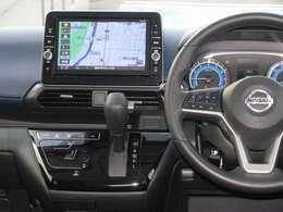 運転席の周りにナビゲーション、エアコンといった運転に欠かすことができない装備をまとめているので、信号待ちといった少ない時間でもお手軽に操作して頂くことができます。
