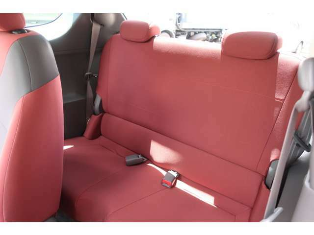 後部座席も当然、綺麗・清潔に仕上げております。内装の綺麗なお車は気持ちが良いですよね!!新型コロナウイルス感染防止の観点から当社ではオンライン商談を取り入れています。是非、ご利用ください。