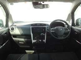 インパネシフトで足元スッキリの運転席廻り、フロントガラスにドライブレコーダーが備えつけられています♪