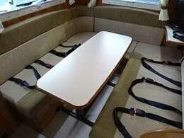 対面ダイネットで食事などお楽しみいただけます♪2点式シートベルト装備♪