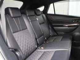 ファブリック(上級)+合成皮革のシートが採用されています。前後席間の間隔延長と前席シートバック形状の工夫で、ゆったりとくつろげる後席空間を確保しています。