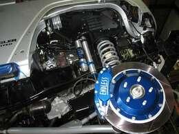特注エンドレス製6ポットブレーキキャリパーで強力ストッピングパワー   サスペンションにもワンオフパーツを多数起用     大迫力ラングラーです!!