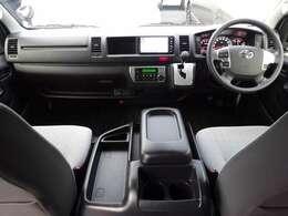6速AT/Wエアバッグ/ABS/VSC/スマートキー/イモビライザー/電動格納式ドアミラー/AC100V/フロントオートエアコン/リヤクーラー/リヤヒーター/純正ETCが装備されています。