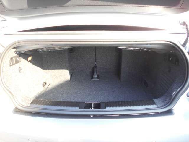 カブリオレの中では実用性が高く非常に広いトランクルームです!中央奥の扉を車内側に押し倒すと長物の荷物でも積載することが出来ます。このトランクはゴルフバック横置きで2個入ります!