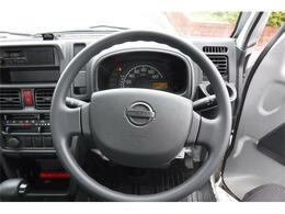 見晴らしが良くシンプルで操作しやすい運転席!