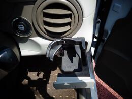 ドライブの際の必需品カップホルダー!ドリンクだけではなく小物を置いておくスペースとしてもお使いください。