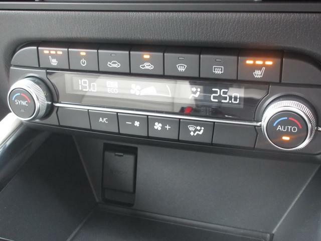 フルオートエアコンはもちろんですが、3段階で調節できるシートヒーターやステアリングヒーターも完備しており快適なドライブをサポートしてくれます♪