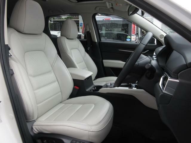 白革シートがインテリアの印象を引き締めます♪またフロントシートは心地よいフィット感と程よいホールド性能を両立させ、今までになく快適にドライブを楽しんでいただける、マツダ自慢のシートです!