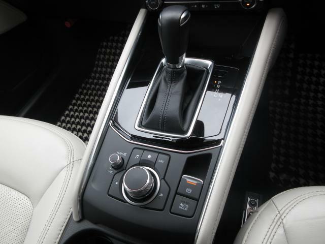 姿勢を崩さずナビやオーディオを操作できるコマンダーコントローラーで姿勢の安定性を保持。また、オートホールド機能もついており、信号待ち等での停車時にブレーキがかかった状態を保持してくれる優れものです♪