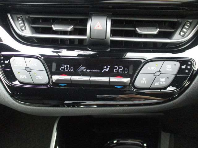 左右独立温度コントロールオートエアコンと快適温熱シートヒータースイッチ