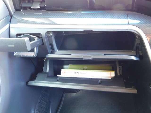 助手席側のワイドな収納スペース