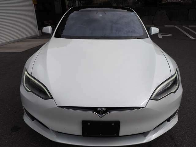 現行モデルのフロントフェイスです。一目でテスラとわかるデザインです。【テスラの新車保証案内URL】https://www.tesla.com/jp/support/vehicle-warranty※お客様自身にてインターネットから申込可能です。