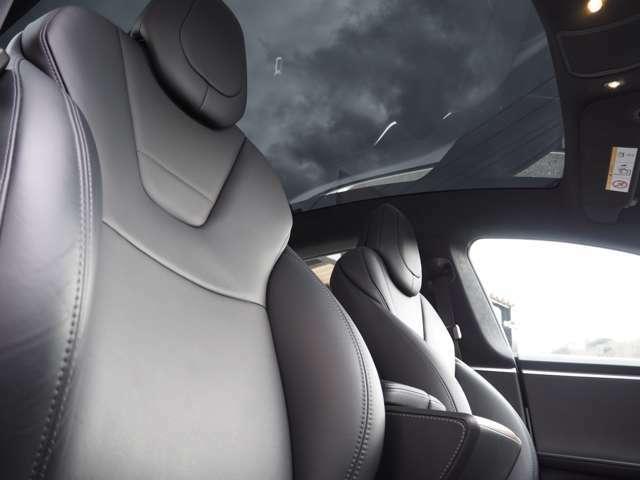 GlassRoofとなっております。補強フレーム等も無く、一枚ガラスとなっております。とても開放的な車内を演出しています。超断熱ガラスとなってますので太陽光は気になりません。