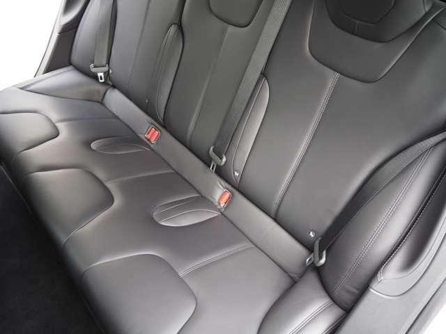 後部座席もヘタリなくとてもきれいな状態です。