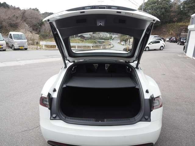 オートトランク付きです。大型ディスプレイ、キー、ドアノブで操作可能です。