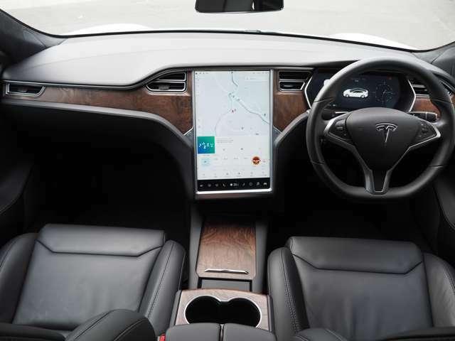 サテンウッドパネルにブラックレザーシート(シートヒーター付)を装備。汚れも目立ちにくいのでモデルSはブラック内装がお勧めです。