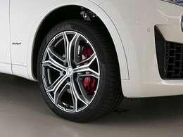 21インチ「ヘリオス」ホイールは人気のデザインです。定番のレッドブレーキキャリパーで足元を引き締めています。