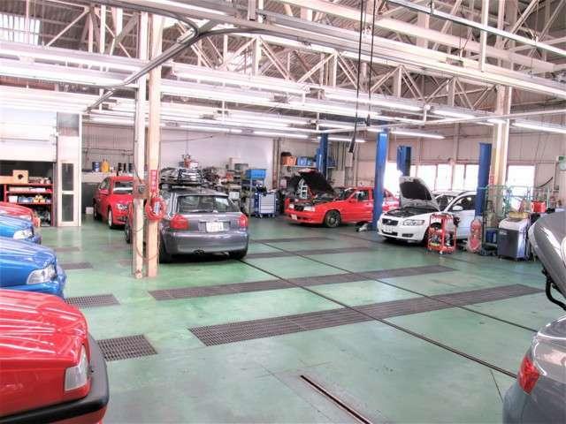 復刻車を製作する自社工場では10台同時整備作業が可能な規模と専門機器類により販売後のアフターフォローは勿論、ネット検索ユーザー様への対応もさせて頂いております。