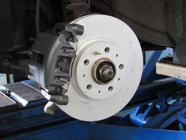 ブレーキ系ではこのブレーキディスク、パッド、オイル交換、他により安全対策を徹底します。その他でも、ショックマウント交換により走行安定性能も当時の走りに復元いたします。