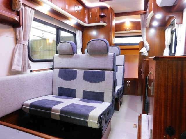 シートは2列ともに前向き・後ろ向き・ベッドへと展開可能なFASPシート