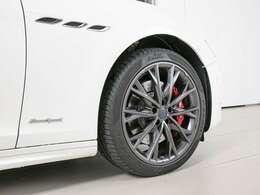 20インチ「テゼーオ ダーク」ホイールは人気のデザインです。定番のレッドブレーキキャリパーで足元を引き締めています。