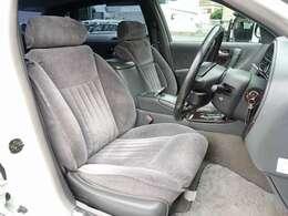 運転席・助手席・リアシート、全てのシートが電動にて調整可能となり、シートメモリー機能も完備。リアシートはシートヒーターも完備しております。お気軽にスタッフまでお問い合わせ下さいませ