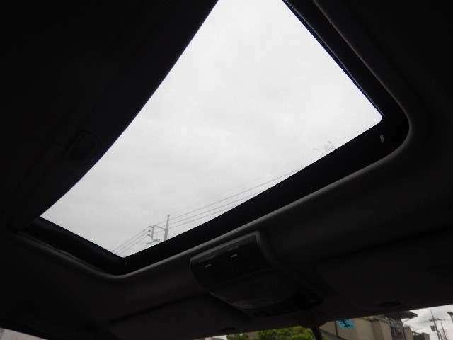 運転席・助手席の上のサンルーフです。少し開けるもよし、全開に開けて風を楽しむのもいいですよ♪