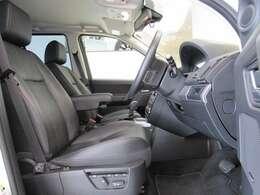 ゆったりとしたドライビングシートはレザー仕上げとなっておりLUXURYでありながら耐久性もある作りです。フロント両席にはシートヒーターも備えています。