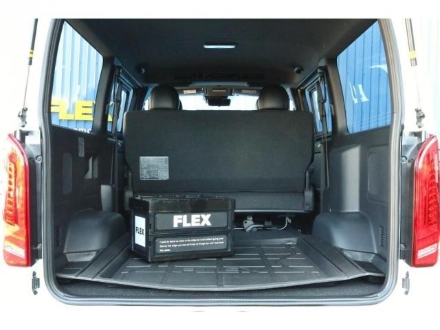 荷室はFLEXオリジナルの3Dラゲージトレイを装着!新しいオリジナルアイテムのコンテナボックスも付いておりますよ♪