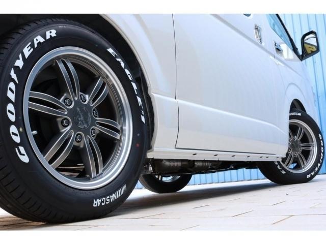 足元は415コブラバッドラッカー17インチ(マットガンメタリックシルバー×シルバーマシニング×マットシルバーリム)とナスカータイヤを装着!リム付きの重厚感あるデザイン♪