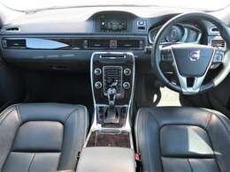 最終モデルのV70 T4クラシックが入庫しました!座り心地の良い専用本革シートと高級感のあるウッドパネル、開放感のあるサンルーフなど充実装備の人気グレードでございます♪