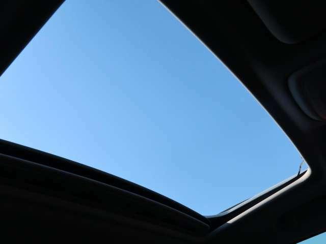 ◆ガラススライディングルーフ『後席頭上まで広がる解放感たっぷりのガラスルーフ!ドライブの楽しさを倍増させる装備としてメーカーオプションで備えています。』