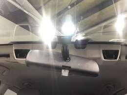 【アイサイト】ステレオカメラによって前方を常に監視しています!このカメラは人の目と同じように距離と形状を認識することが可能で車だけでなく、白線やガードレール、歩行者や自転車まで認識できます。