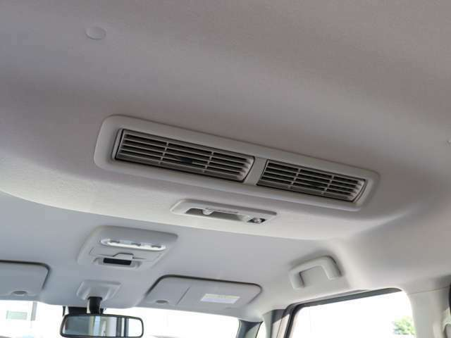 【 MOP プラズマクラスター搭載リアシーリングファン(快適パックA) 】効率的な空気循環を考え天井にファンを採用!プラズマクラスターによりウイルス等の作用を抑え、車内温度を均一にしてくれます!