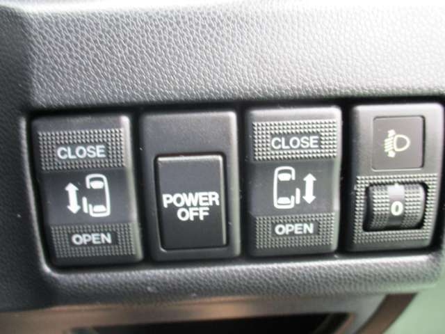 両側が電動スライドドアで、左右どちらからでも乗り降りOK。更に運転席のスイッチ、インテリキーのボタンでも開閉自在。