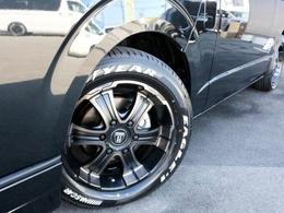 足元にはFLEX専用カラー ワイルドディープス17AWを装着! タイヤはナスカーホワイトレタータイヤを合わせています!