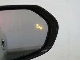 ブラインドスポットモニター:車線変更するときに死角に車両がいると写真のようにオレンジに光って危険を知らせてくれます。
