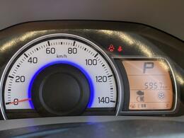 走行は5,957km。メーター内のインフォメーションディスプレーは燃費計やシフト位置などなど、色んな情報を提供致します。