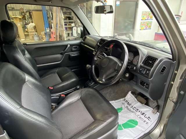 運転席は、ゆったりとしたスペースとなっており、長時間の運転も、少しのお出かけもリラックスしながら運転していただけます!