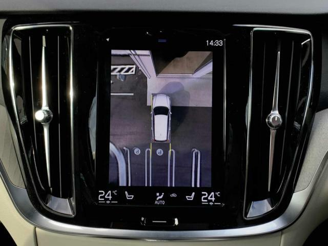 360°ビューカメラ:車両の周囲に装備されている4個のカメラを使用して、車両を真上から見下ろしている画像を作成し、センターディスプレイに表示します。