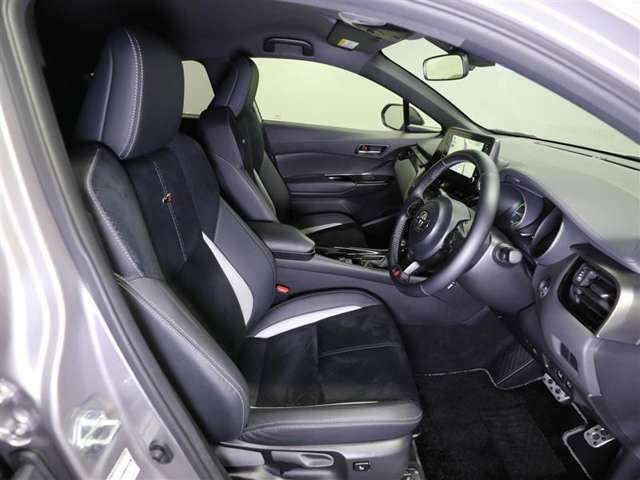 ゆったり室内で運転もしやすいです♪使い勝手の良い配置も考えられています!!