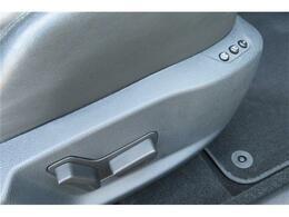 運転席・助手席にパワーシートが装備されております。細かい調整まで可能なので便利な機能の1つです。