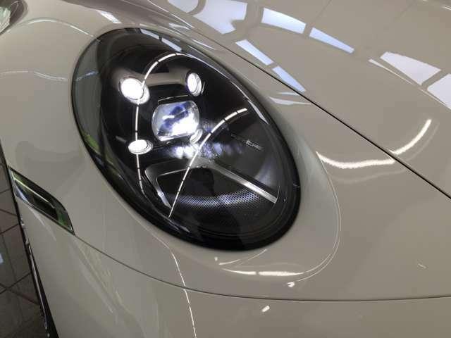 LEDヘッドライト。夜間でもしっかり視界を確保しながら、状況に応じて消灯、減光することで先行車や対向車を眩惑させることなく、車間エリアやサイド付近を的確に照射します。